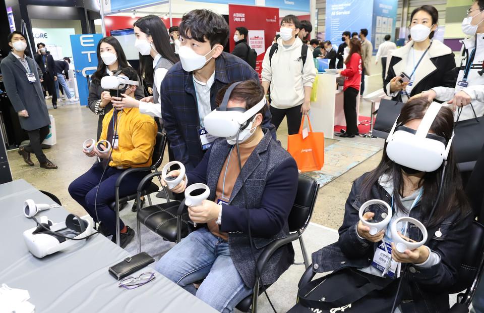 한국마이크로소프트 부스에서 혼합현실을 체험하고 있는 참관객 모습